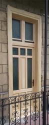 natur bejárati ajtó beépítés, körfolyosós bérházban