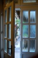 Üveges kétszárnyú bejárati ajtó