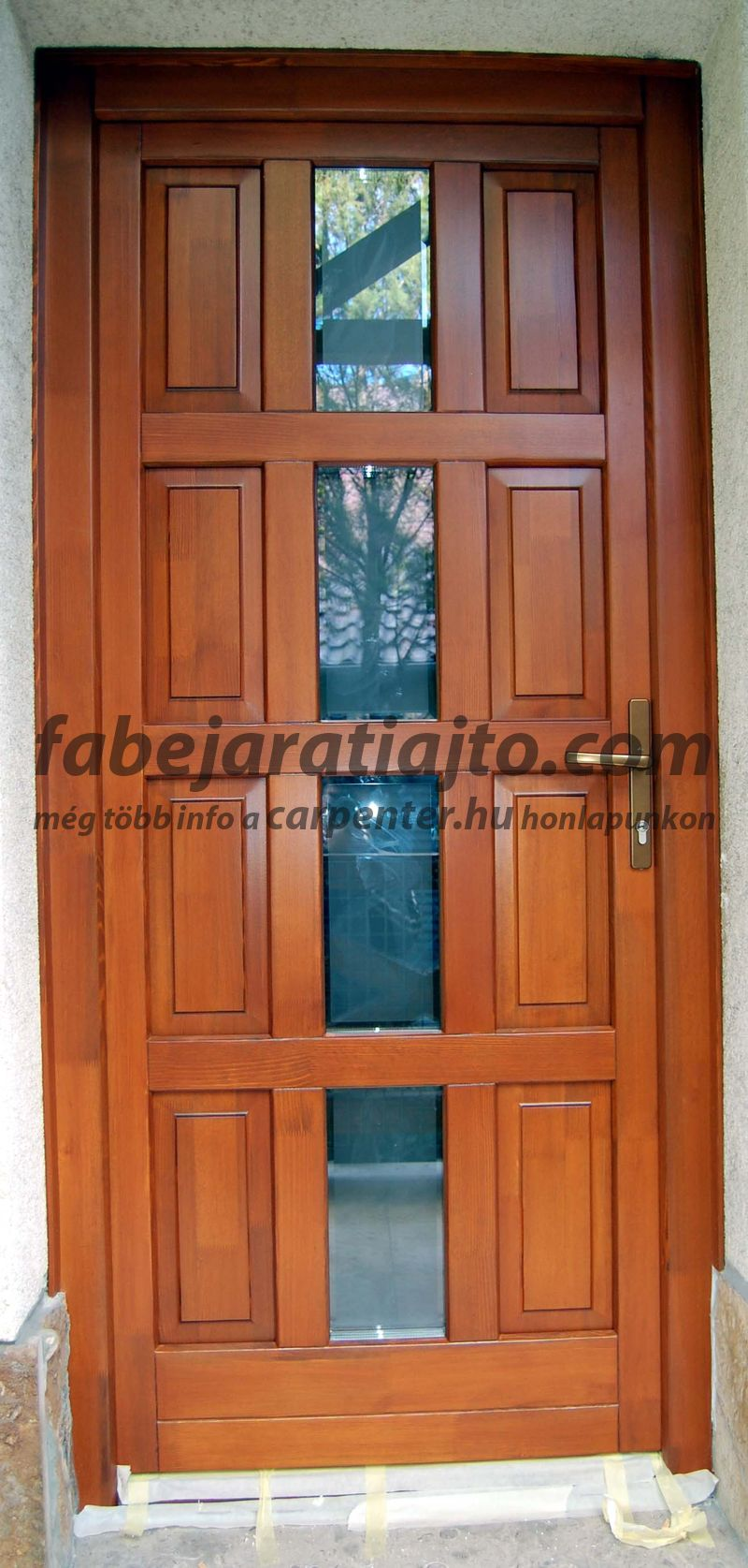 fa bejárati ajtó ,családi ház