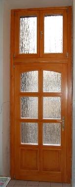 belvárosi bejárati ajtó , valódi osztóval, fatörzs mintás üveggel