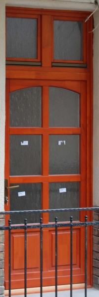 keskeny gerébtokos fa bejárati ajtó beépítve